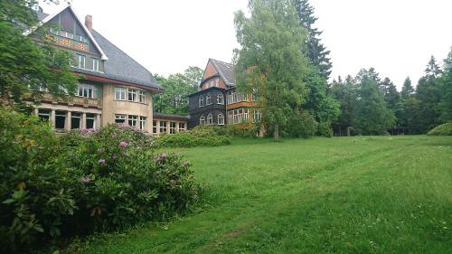 Haupthaus und Villa, Mai 2017 - Krankenhaus Sanatorium Dr. Barner