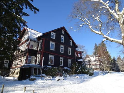 Eingang im Winter - Krankenhaus Sanatorium Dr. Barner