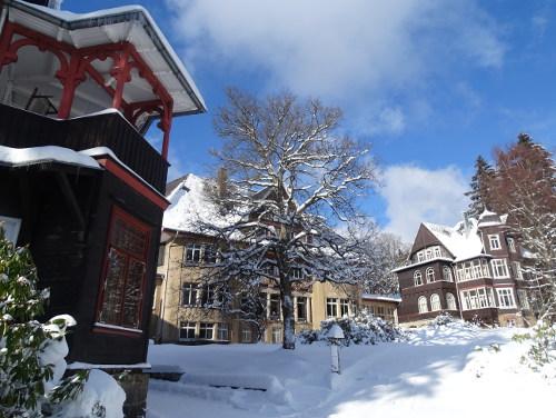 Vorderhaus, Haupthaus und Villa im Winter - Krankenhaus Sanatorium Dr. Barner
