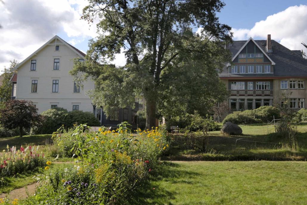 Klinik Dr. Barner - Blick auf Vorderhaus und Mittelhaus
