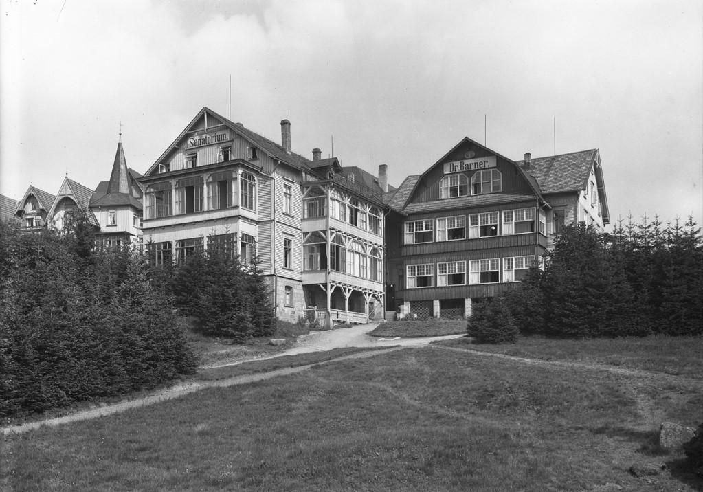 Ehemaliges Sanatorium Dr. Barner - Blick auf Vorderhaus und Haupteingang